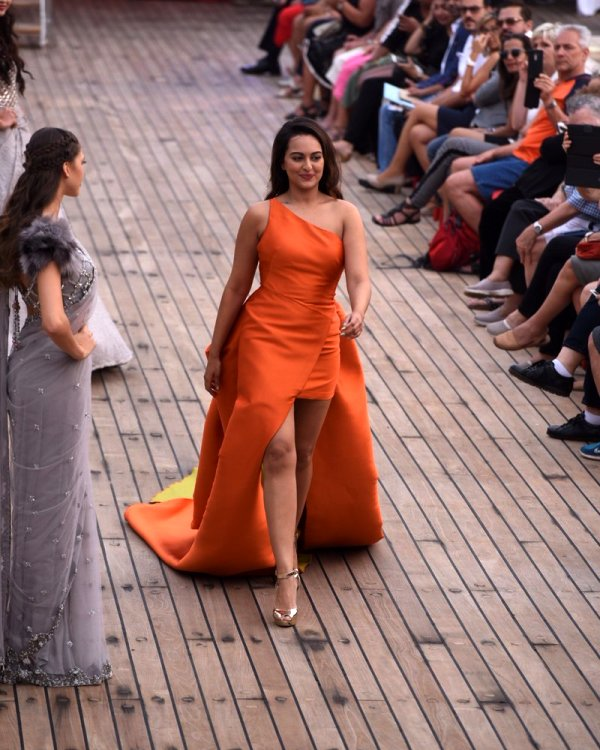 sonakshi-sinha-lakme-fashion-week-2017-7